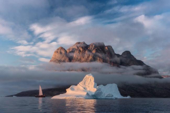 Vào mùa hè, nhưng ngọn núi cao nhất trên đảo Greenland được cởi bỏ lớp tuyết trên bề mặt, lộ ra vẻ hùng vĩ.