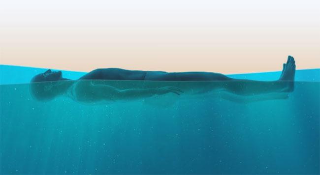 Thả lỏng người để nước đẩy lên sát mặt nước, chú ý giữ cơ thể song song với đáy nước.