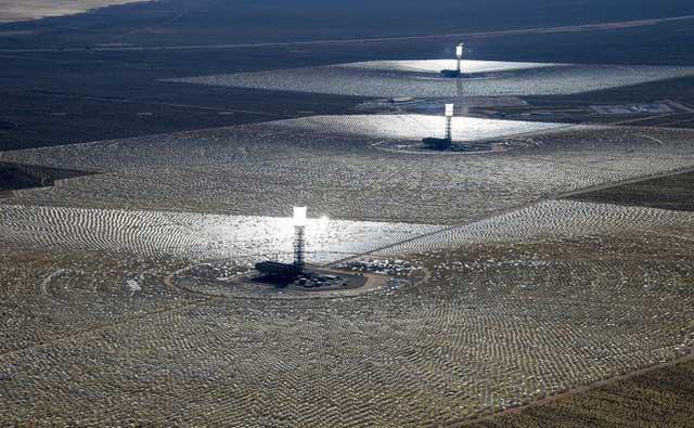Hệ thống tạo điện từ năng lượng Mặt Trời đặt tại California.