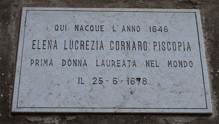 Một tấm bia kỷ niệm ở Venice, ghi nhận nơi sinh của Elena Cornaro Piscopia.