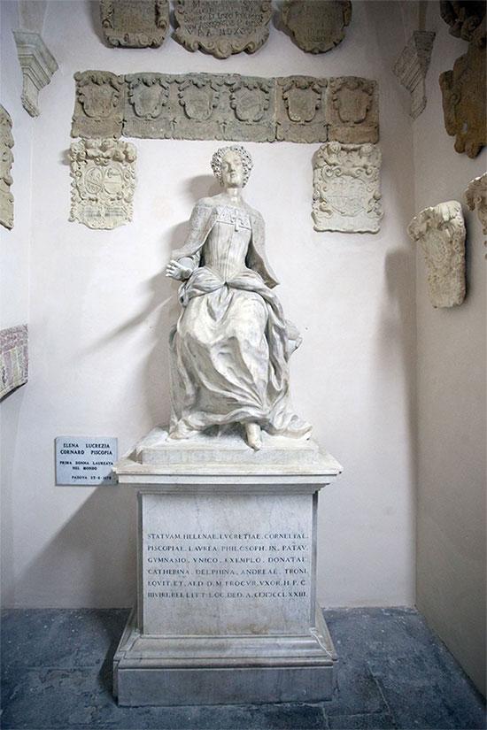 Bức tượng của Elena Cornaro Piscopia tại Palazzo Bo.