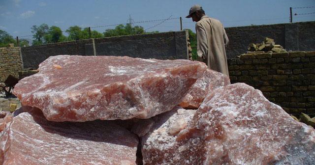 Muối Himalaya vừa được đem ra khỏi mỏ.