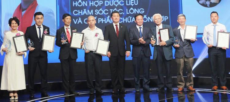 Ông Nguyễn Đức Thành (thứ ba từ trái qua) nhận giải Cuộc thi Sáng chế 2018 ngày 25/4.