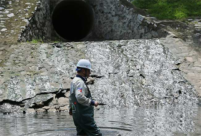 Ống dẫn nước thải của thành phố đổ về sông Tô Lịch 24/24.