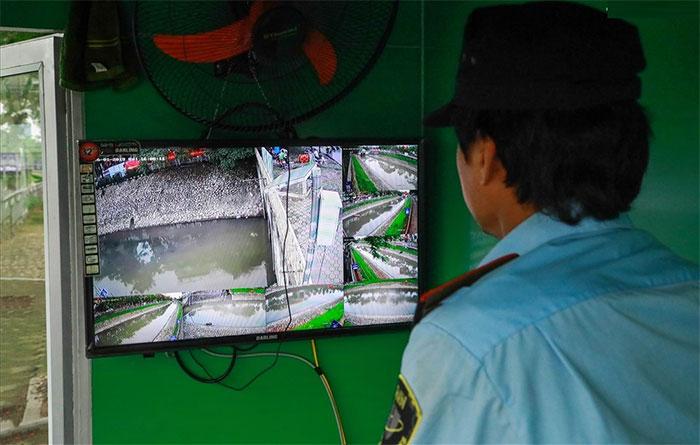 Tại đây có lắp camera giám sát 24/24 và nhân viên bảo vệ túc trực đường điện, bảo vệ 4 chiếc máy.