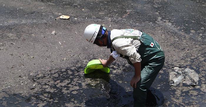 Các khu vực không được lắp đặt máy Nano trên sông Tô Lịch, màu nước dưới sông đen, bốc mùi và váng bẩn trên mặt nước.
