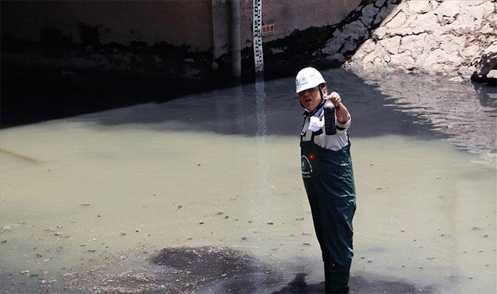 Tiến sĩ Takeba Akira tiến hành lấy mẫu nước tại khu vực không được lắp đặt máy Nano - Bioreactor.