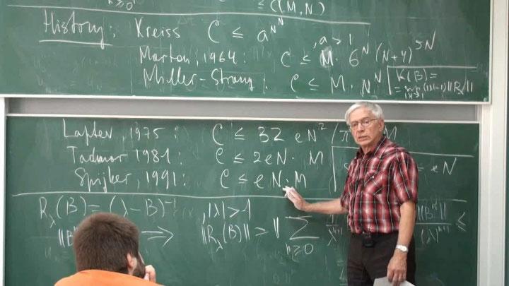 """Đại số không phải là """"số học với các ký tự""""."""