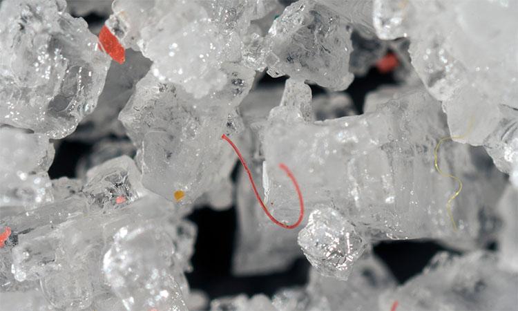 Các mảnh và sợi nhựa nhỏ tìm thấy trong tinh thể muối tinh