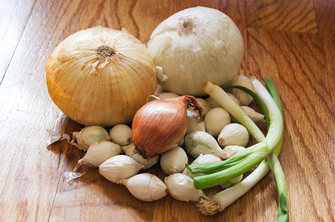 Tại sao ăn nhiều hành, tỏi dễ bị hôi nách?