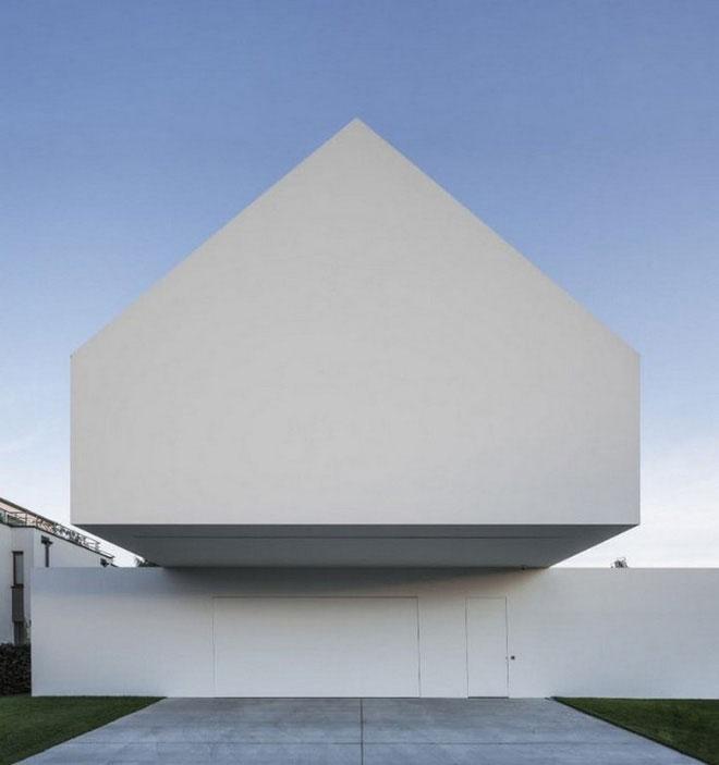 Mặt tiền của ngôi nhà trông khá đơn giản.