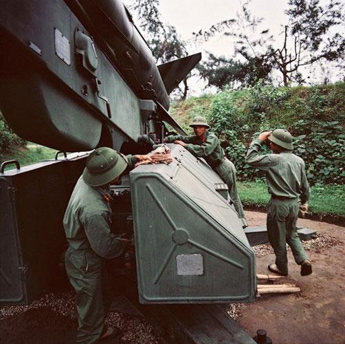 Các chiến sĩ bên bệ phóng tên lửa phòng không.