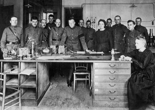 Giáo sư Marie Curie (phải) đang làm việc tại một phòng thí nghiệm ở trường đại học Paris.