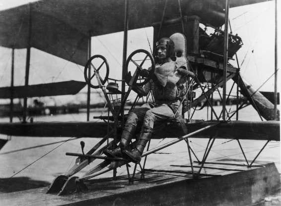 Phi công Albert C. Read điều khiển chiếc máy bay 2 tầng cánh NC-4 ở Mỹ.