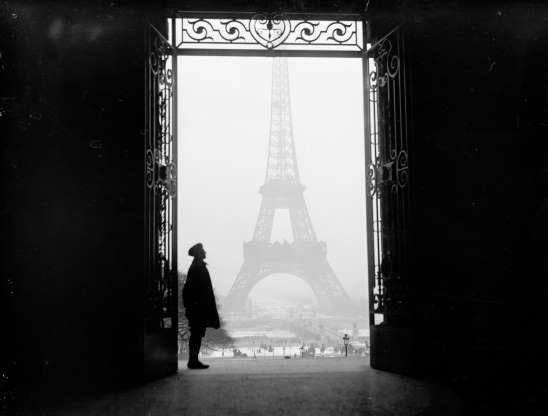 Quang cảnh tháp Effeil nhìn qua cánh cửa của Cung điện Trocadero ở Paris