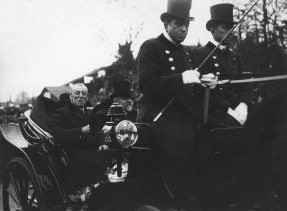 Tổng thống thứ 28 của Mỹ Woodrow Wilson (trái) và Tổng thống Pháp Raymond Poincaré cưỡi ngựa ở Paris.
