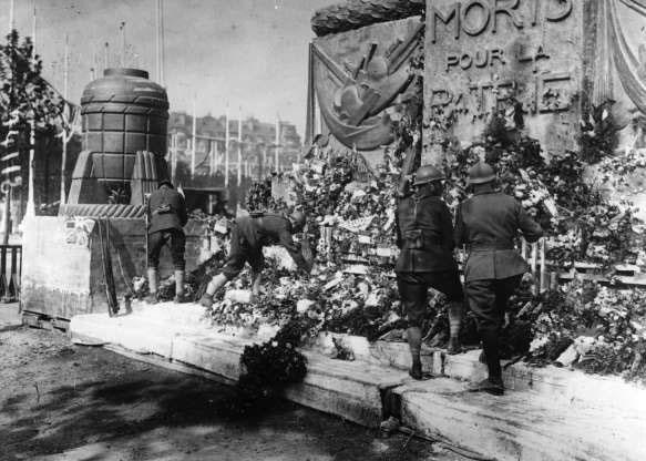 Những người lính trang trí Khải Hoàn Môn ở Paris để tưởng nhớ những người đồng đội đã ngã xuống.