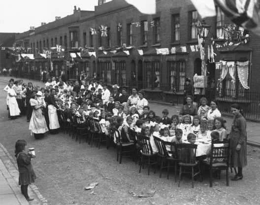 Một bữa tiệc trà của những đứa trẻ ở đường East End tại London, Anh để kỷ niệm lễ ký Hòa ước Versailles chấm dứt Thế chiến I.