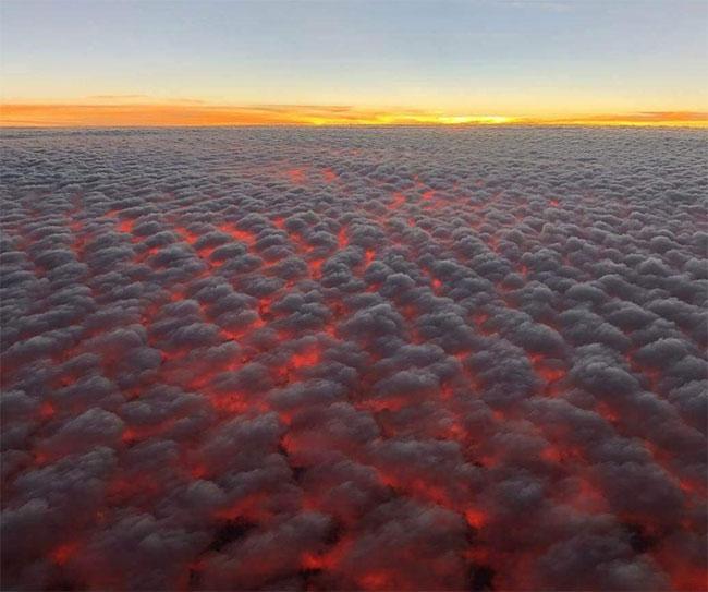 Hoàng hôn trên những đám mây trông như thể nham thạch đang được nung chảy trên bầu trời.