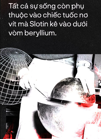 Tất cả sự sống còn phụ thuộc vào chiếc tuốc nơ vít mà Slotin kê vào dưới vòm beryllium