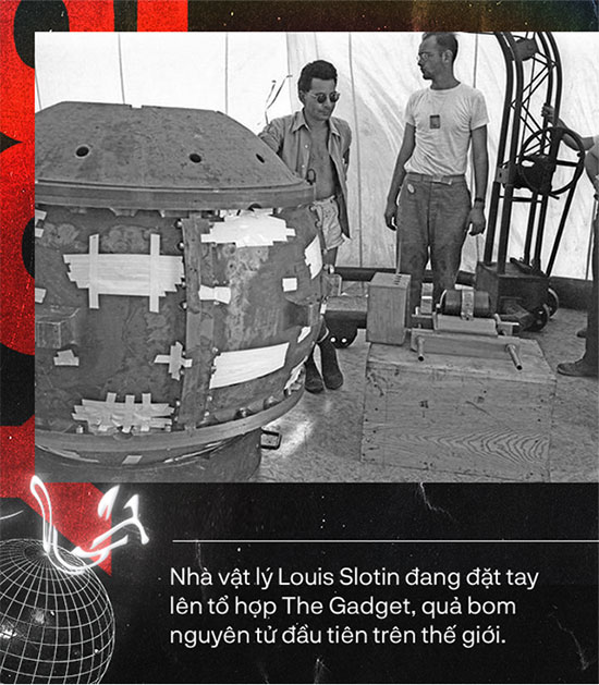 Nhà vật lý Louis Slotin đang đặt tay lên tổ hợp The Gadget