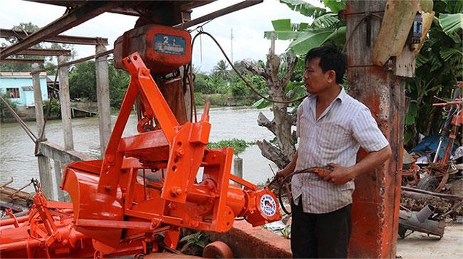 Ông Dương Quốc Thái vận hành thử máy đắp bờ.