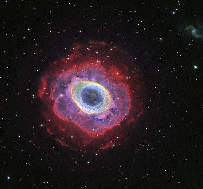 Một lớp vỏ hydro khổng lồ khuếch tán bao quanh ngôi sao đang chết, theo sau là vật liệu bị thổi bay ra xung quanh.