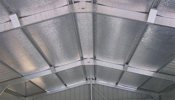 Nên có trần nhà, với khoảng cách từ trần đến mái nhà càng xa càng tốt.