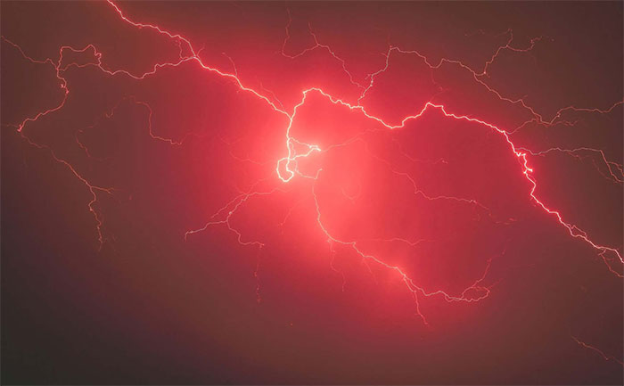 Điện tích khó xuất hiện trên các hạt bazan khi điều kiện áp suất không khí thấp.