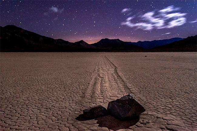 Một số tảng đá tự di chuyển tại Thung lũng Chết