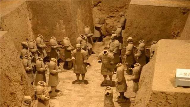 Các bức tường giữa những người lính tạo ra không gian như phân chia thành các căn phòng.