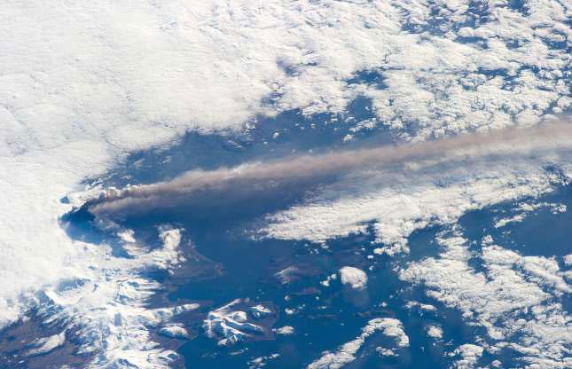 Mỗi ngày, hàng nghìn hành khách bay qua đỉnh Pavlof ở Alaska (Mỹ) mà không biết rằng ngọn núi lửa mãnh liệt này đang ở bên dưới.