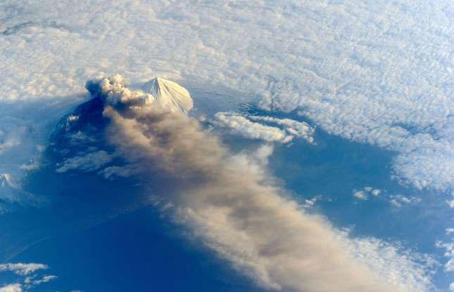 Núi lửa Pavlof phun trào cột tro bụi cao tới hơn 6km lên bầu trời.