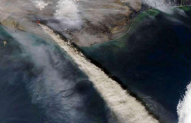 Núi lửa Eyjafjallojokull ở Iceland phun trào cột tro bụi cao tới 6km lên bầu trời tháng 4/2010