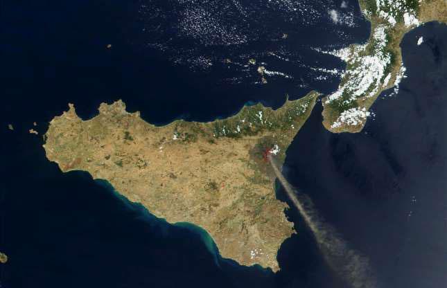 Núi lửa Etna ở Italy tháng 7/2001.