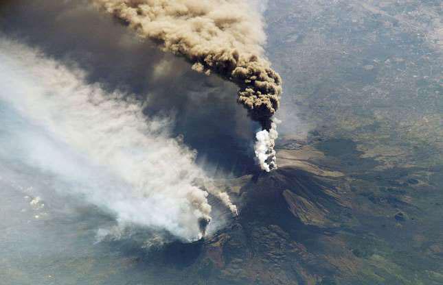 Trong ảnh là đợt phun trào tháng 10/2002 của núi lửa Etna, ngọn núi cao 3.315m.