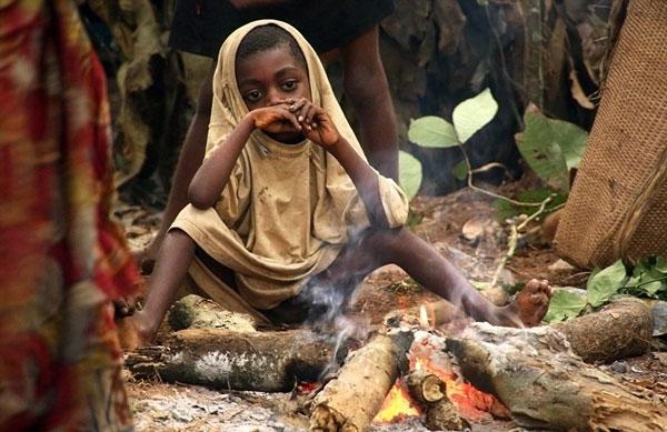 Thế hệ trẻ thuộc tộc người Baka chỉ còn cách rời rừng để có thể sinh tồn.
