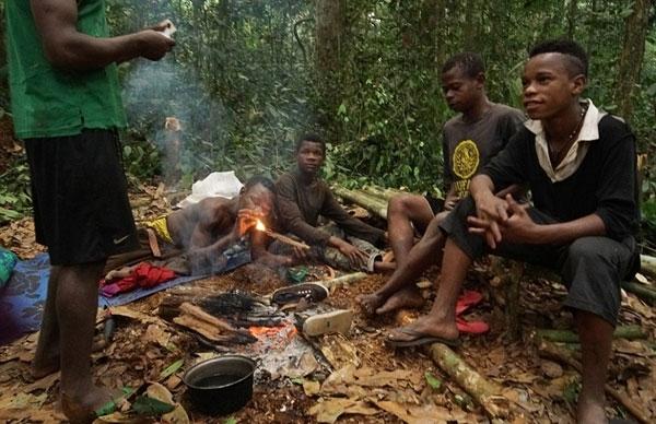 """Họ sử dụng âm nhạc tuyệt như một lời """"xin phép"""" với thần rừng Bobee trước mỗi buổi đi săn."""