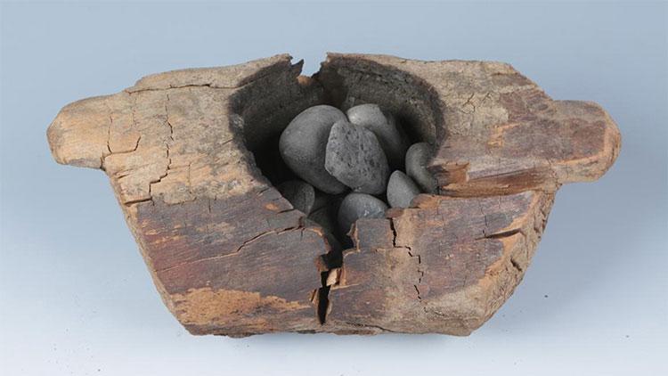 Lò hương và đá dùng để đốt cần sa.