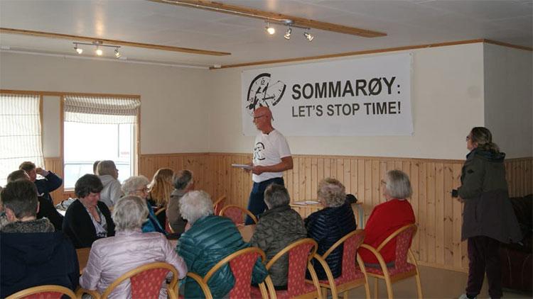 Hòn đảo 300 người dân họp tại hội trường thị trấn đề xuất được công nhận chính thức không dùng thời gian.