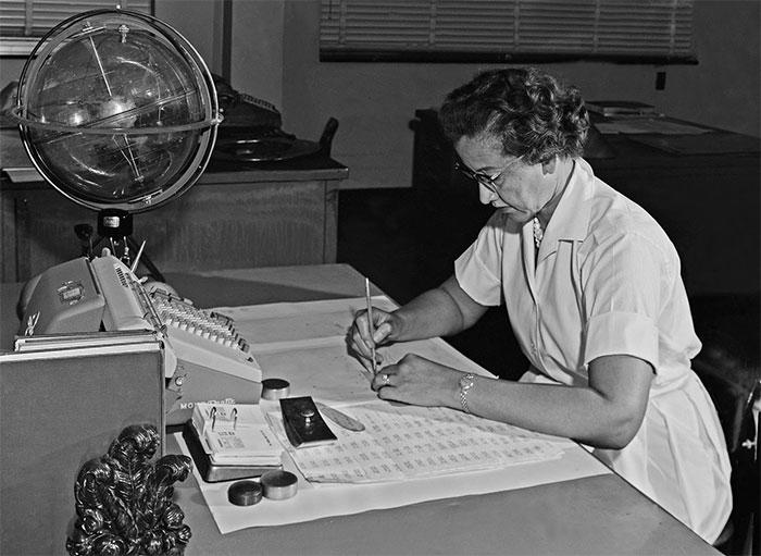 Katherine Johnson thực hiện công việc giải toán tại NASA, bức ảnh được chụp năm 1962
