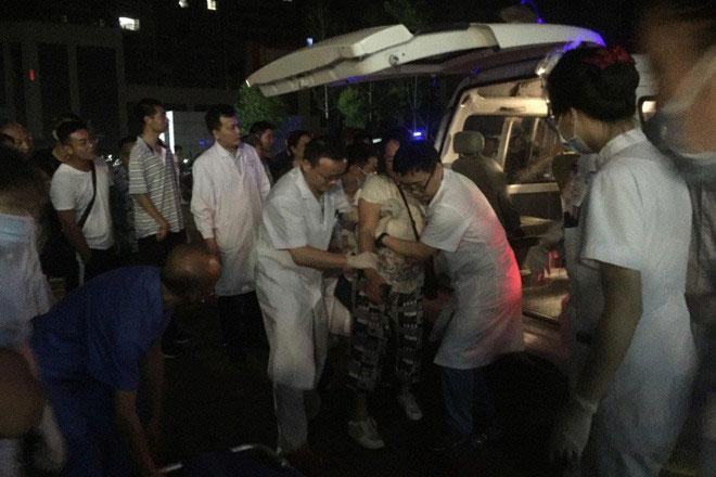 Nạn nhân bị thương trong trận động đất được đưa đi cấp cứu.