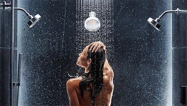 """Có người thích tắm rửa một cách nhanh gọn, có người lại thích """"thả hồn"""" dưới tia nước của vòi hoa sen."""