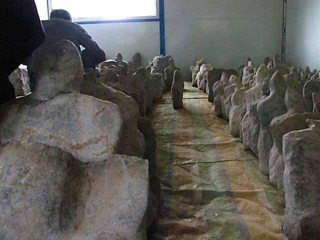 Số lượng các bức tượng đá nằm rải rác trong núi khoảng 10.000 cái.