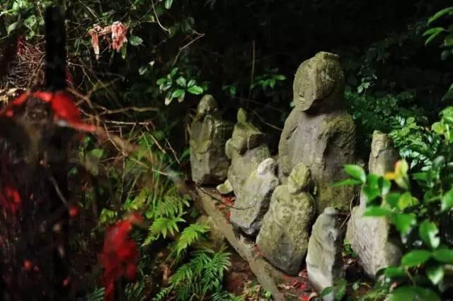 Người dân tin rằng mỗi một bức tượng có một hồn ma đang trú ẩn bên trong.