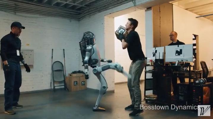 Con robot có nhiều hành động đáp trả những người đánh đập nó.
