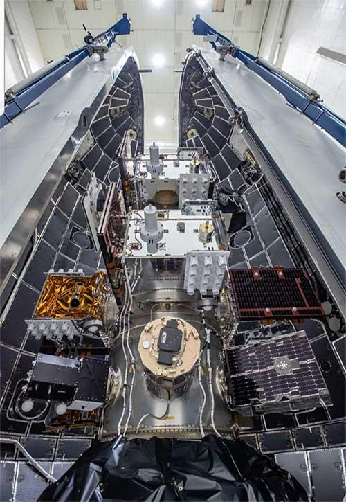 Các vệ tinh được đặt bên trong tên lửa Falcon Heavy.