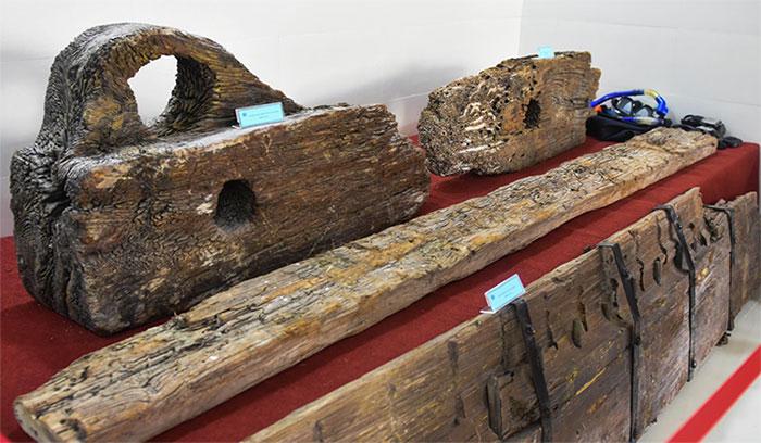 Bánh lái và một phần mảnh gỗ từ con tàu đắm ở vùng biển Cù Lao Chàm.