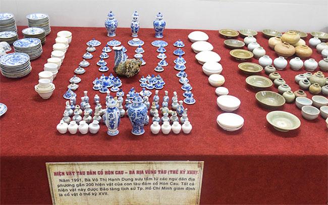 Hiện vật gốm sứ gồm nắp ấm, chén, lọ nhỏ với men trắng mỏng, men xanh trắng
