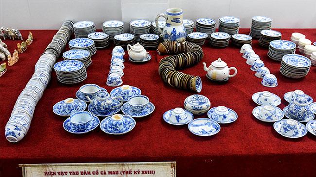 Số cổ vật có niên đại thế kỷ XVIII do hai ngư dân Bình Thuận tình cờ phát hiện trong con tàu chìm cách mũi Cà Mau 90 hải lý về phía nam.